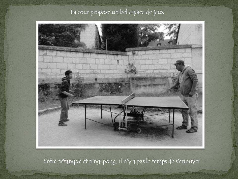 La cour propose un bel espace de jeux Entre pétanque et ping-pong, il ny a pas le temps de sennuyer