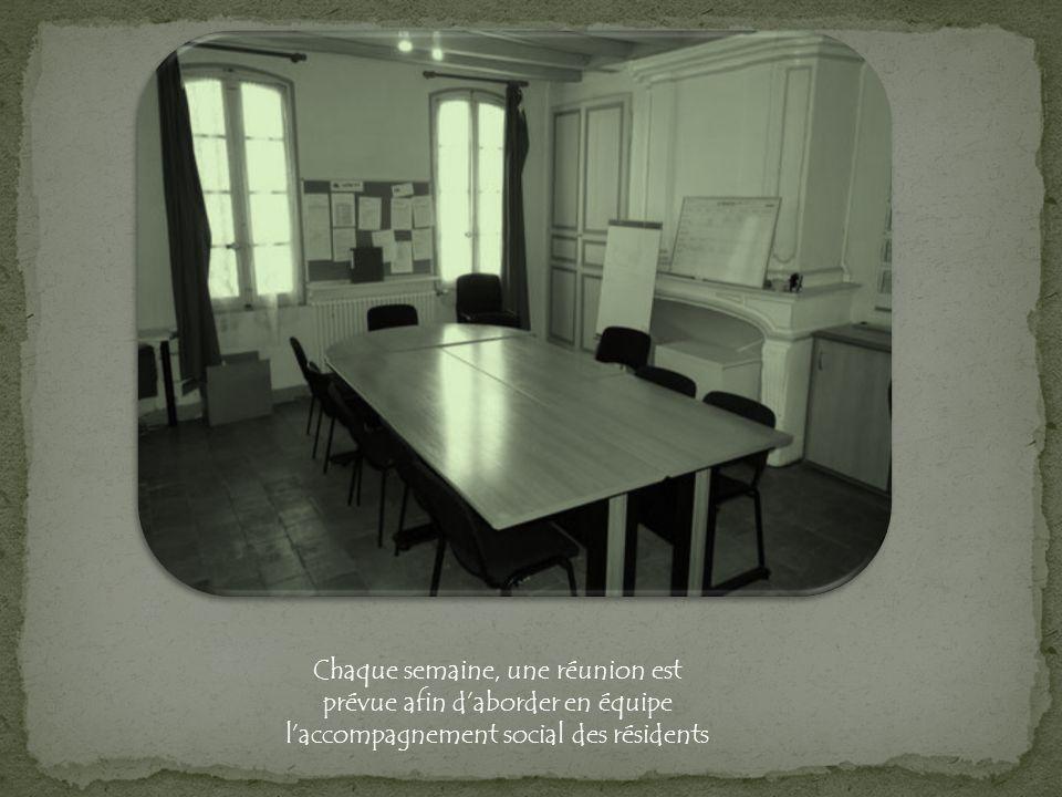 Chaque semaine, une réunion est prévue afin daborder en équipe laccompagnement social des résidents