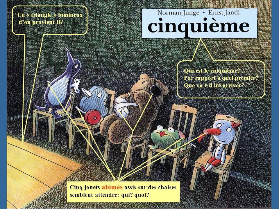 Un « triangle » lumineux doù provient-il? Cinq jouets abimés assis sur des chaises semblent attendre: qui? quoi? Qui est le cinquième? Par rapport à q