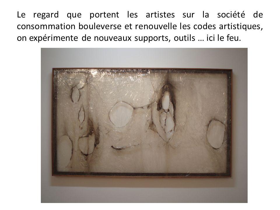 Le regard que portent les artistes sur la société de consommation bouleverse et renouvelle les codes artistiques, on expérimente de nouveaux supports,