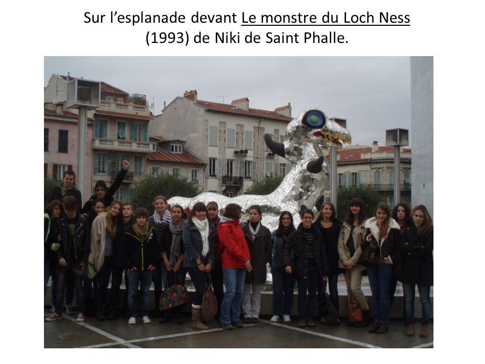 Sur lesplanade devant Le monstre du Loch Ness (1993) de Niki de Saint Phalle.
