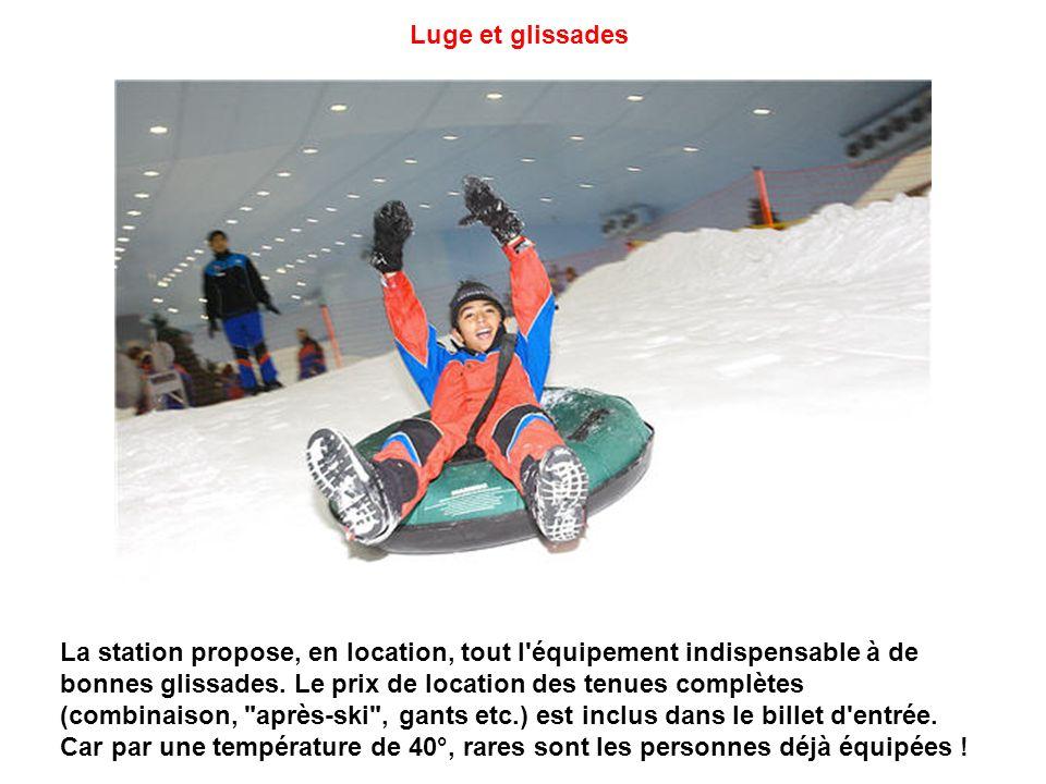 Piste de ski à Dubaï (vue intérieure) Pour couvrir les 26 000 m² de surface enneigée, 30 tonnes de neige sont produites chaque jour par un système de refroidissement d eau.