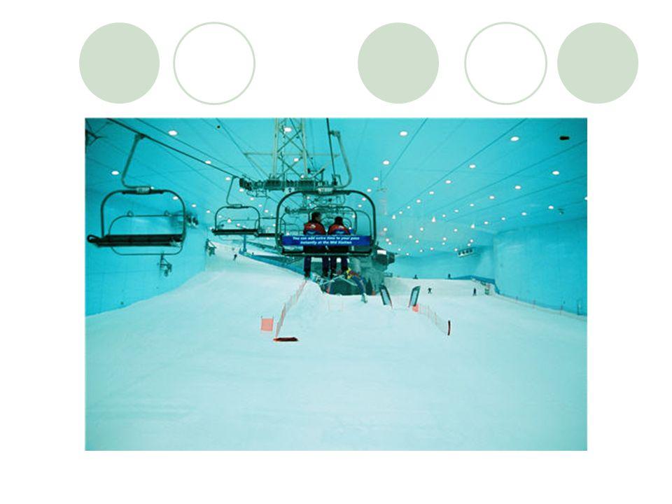 Pas de pause au soleil, mais des terrasses quand même : les skieurs peuvent se réchauffer autour d une boisson chaude au Saint Moritz Café et à l Avalanche Café .
