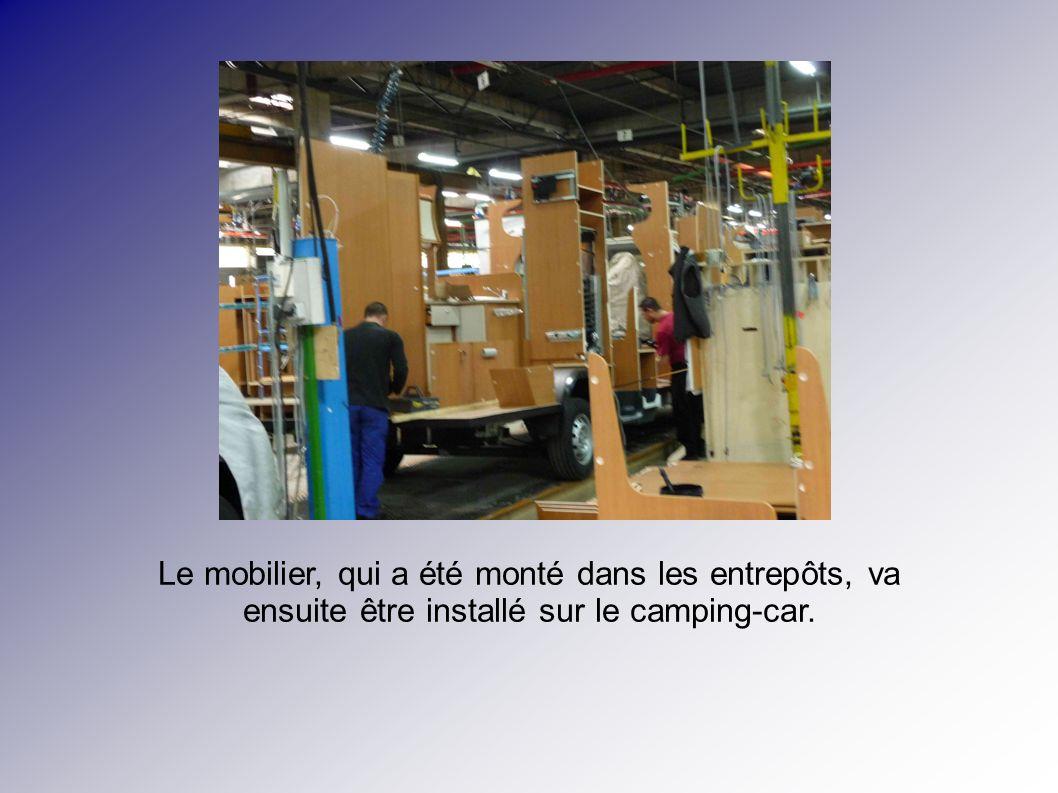 Le mobilier, qui a été monté dans les entrepôts, va ensuite être installé sur le camping-car.