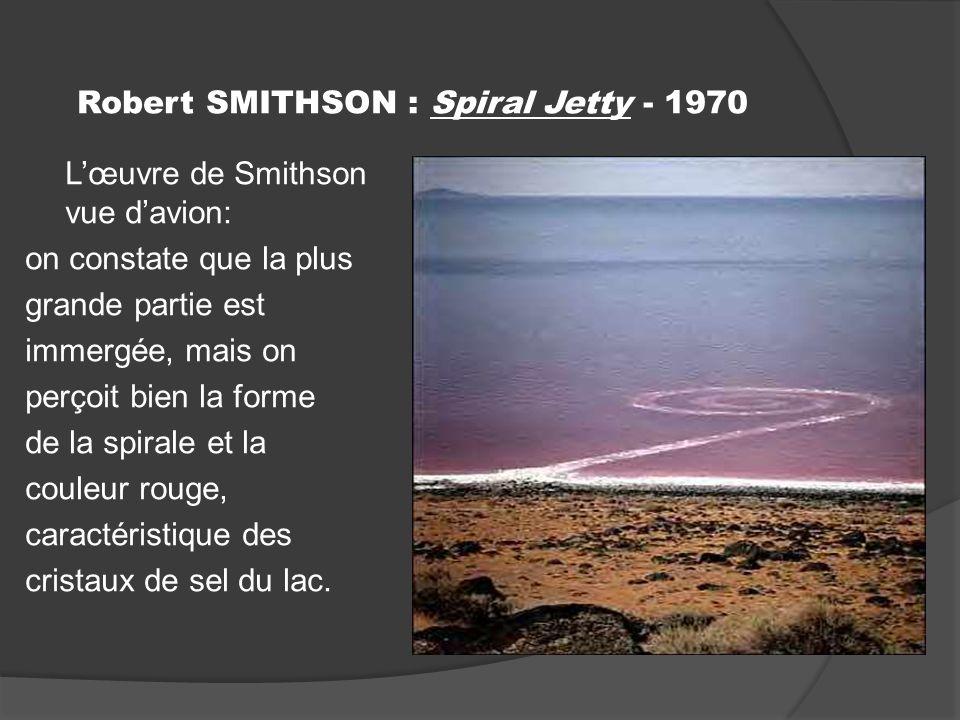 Robert SMITHSON : Spiral Jetty - 1970 Lœuvre de Smithson vue davion: on constate que la plus grande partie est immergée, mais on perçoit bien la forme de la spirale et la couleur rouge, caractéristique des cristaux de sel du lac.