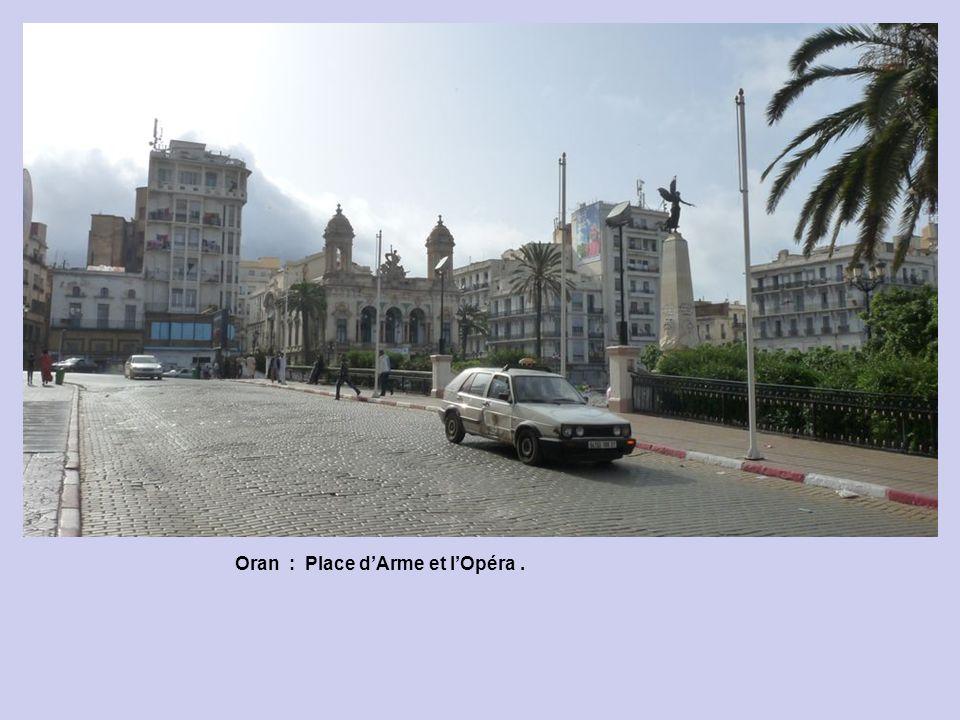 Oran : Arrière de lHôtel de Ville.