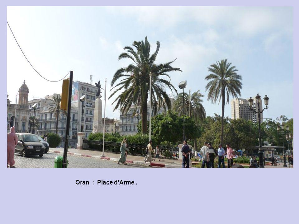 Oran : Hôtel de Ville de la Place dArme.