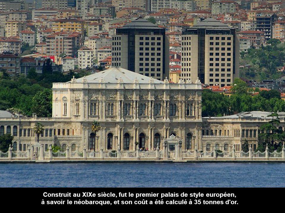 Et juste un peu plus au nord, le joyau du Bosphore: Dolmabahçe Sarayi, Palais de Dolmabahçe.