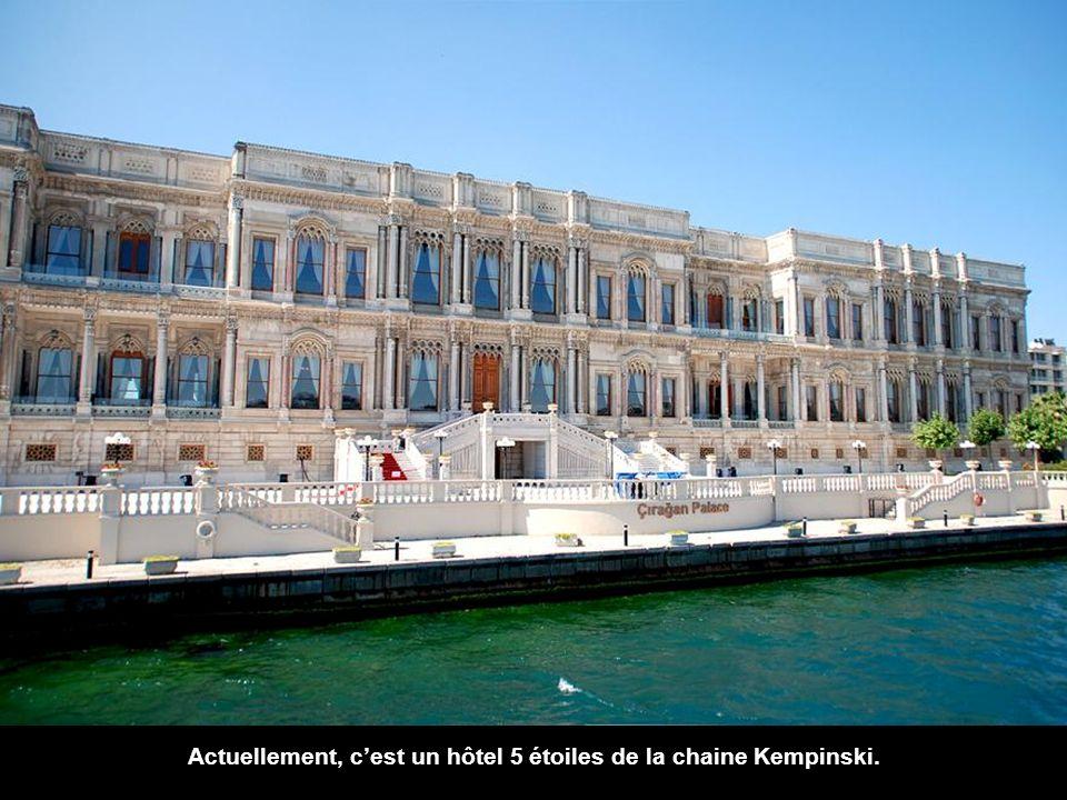 Juste après un kilomètre et demi Çırağan see Sarayi, Le Palace Çırağan. date du Dix-neuvième siècle, mais a été reconstruit en 1910 après un incendie.