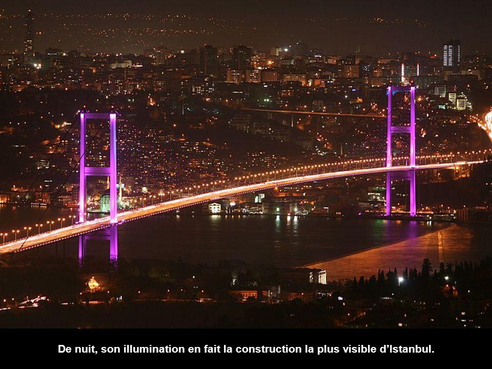 Nous sommes maintenant très proches de Boğaziçi Köprüsü, le pont du Bosphore, construit entre 1970 et 1973.