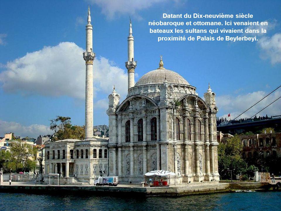 A une courte distance avant le pont, il y a le Büyük Camii Mecidiye dans le quartier Ortaköy.