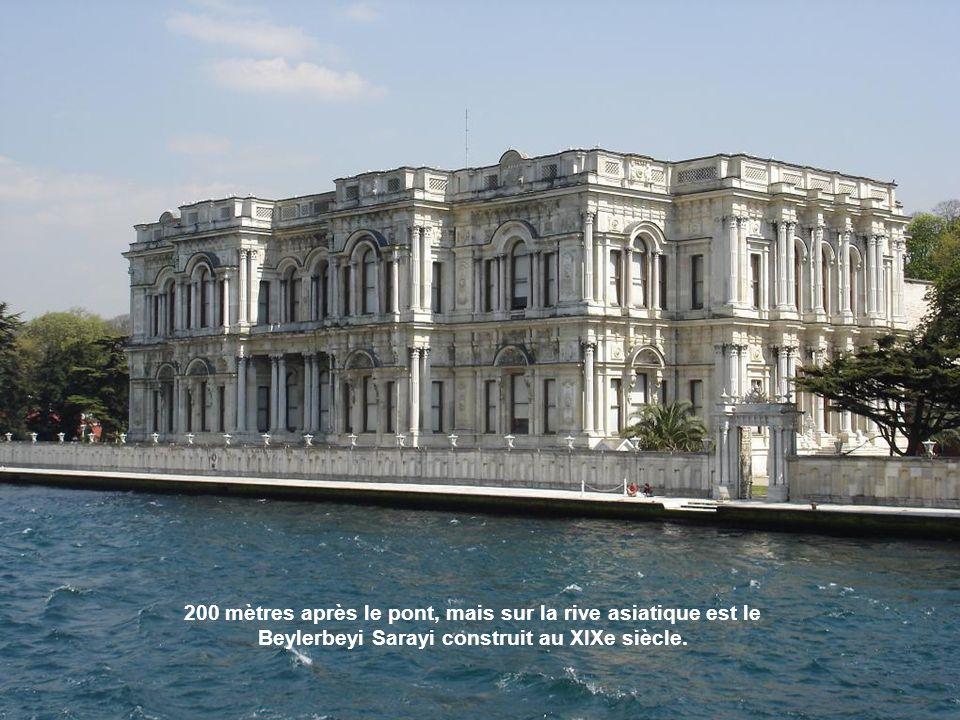 Datant du Dix-neuvième siècle néobaroque et ottomane. Ici venaient en bateaux les sultans qui vivaient dans la proximité de Palais de Beylerbeyi.