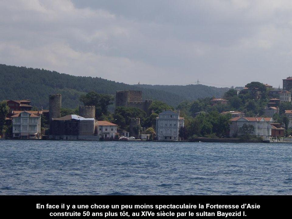 Dans la zone la plus étroite du Bosphore Sultan Mehmet a construit cette forteresse préparant l'assaut dIstanbul. Cest Rumeli Hisarı, la forteresse de