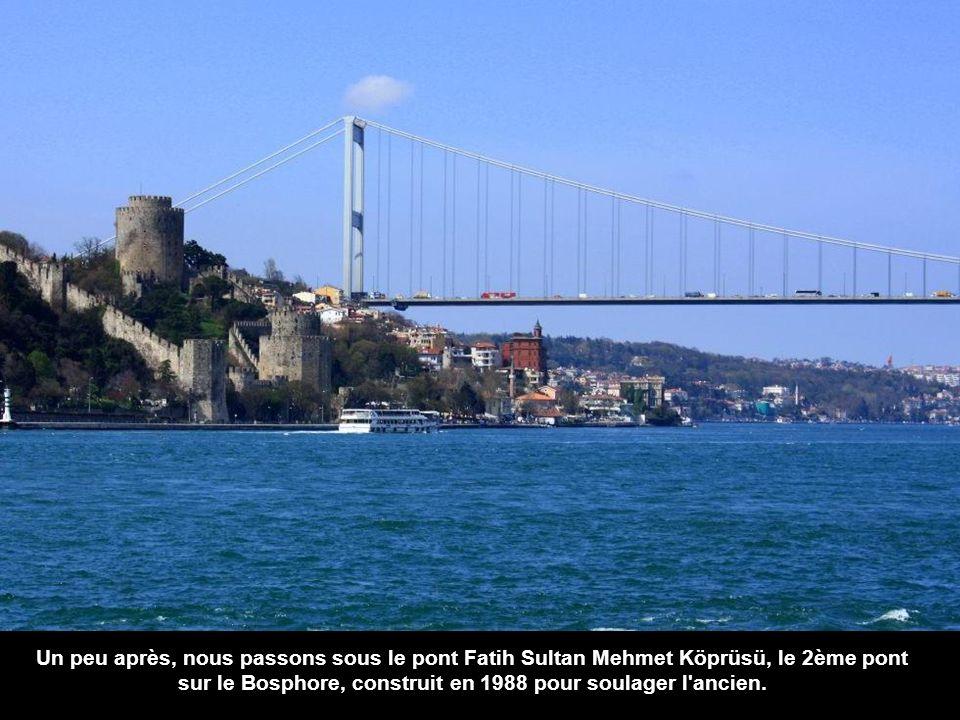 En face il y a une chose un peu moins spectaculaire la Forteresse dAsie construite 50 ans plus tôt, au XIVe siècle par le sultan Bayezid I.