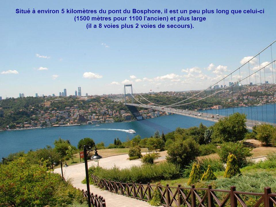 Un peu après, nous passons sous le pont Fatih Sultan Mehmet Köprüsü, le 2ème pont sur le Bosphore, construit en 1988 pour soulager l'ancien.