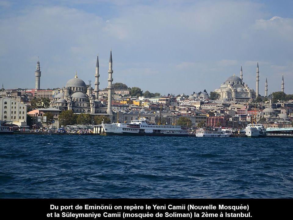 Du port de Eminönü on repère le Yeni Camii (Nouvelle Mosquée) et la Süleymaniye Camii (mosquée de Soliman) la 2ème à Istanbul.
