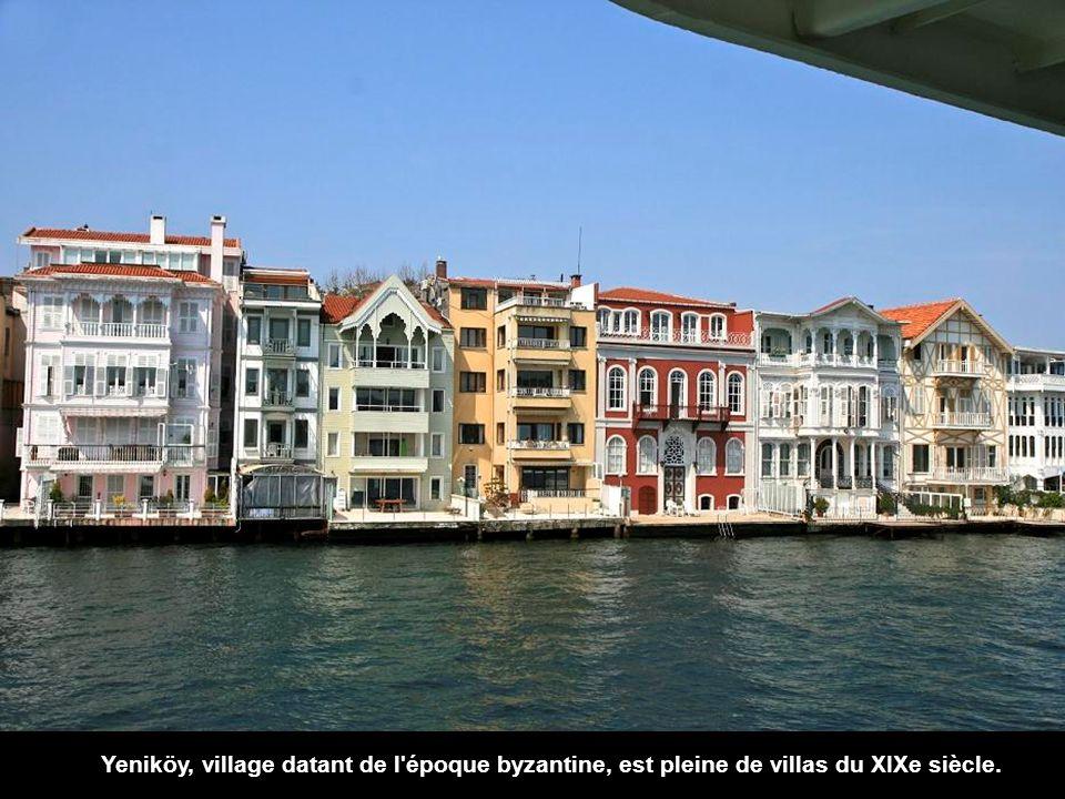 Revenant sur le côté européen, nous trouvons la Baie dIstinye. Dans cette zone sont la Bourse d'Istanbul et un célèbre centre commercial