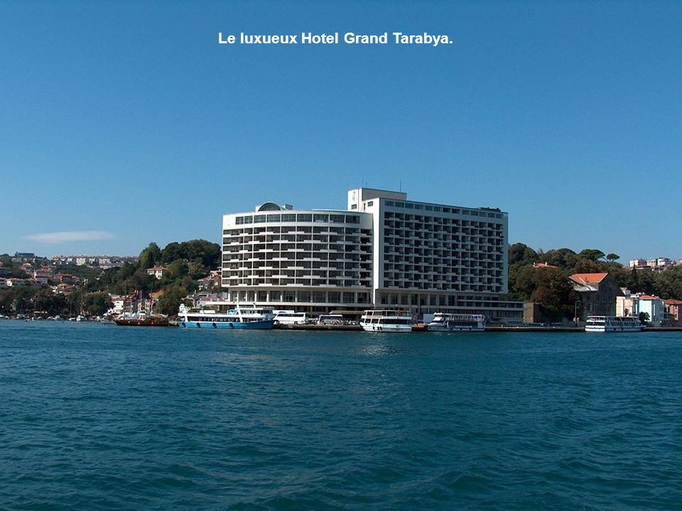 Le village de Tarabya Bay était déjà fréquenté au XVIIIe siècle par les Grecs fortunés. Aujourd'hui, il reste un lieu à la mode pour les classes supér