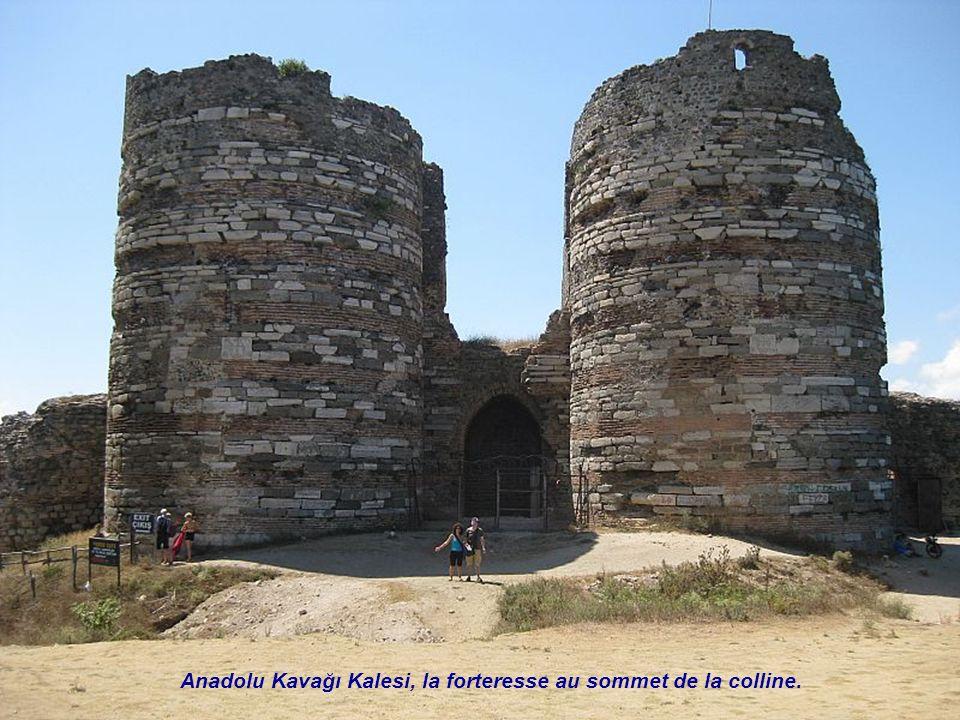 Kavağı Anadolu cimetière. À gauche tombes des hommes et à droite des femmes.