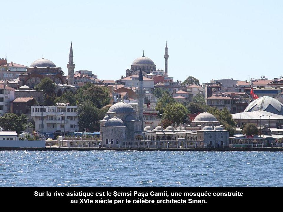En bordure de la rive européenne, après le quai des grands navires, nous voyons le Mimar Sinan Universités.