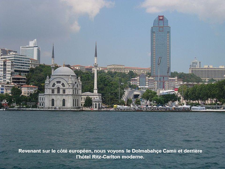Revenant sur le côté européen, nous voyons le Dolmabahçe Camii et derrière l hôtel Ritz-Carlton moderne.
