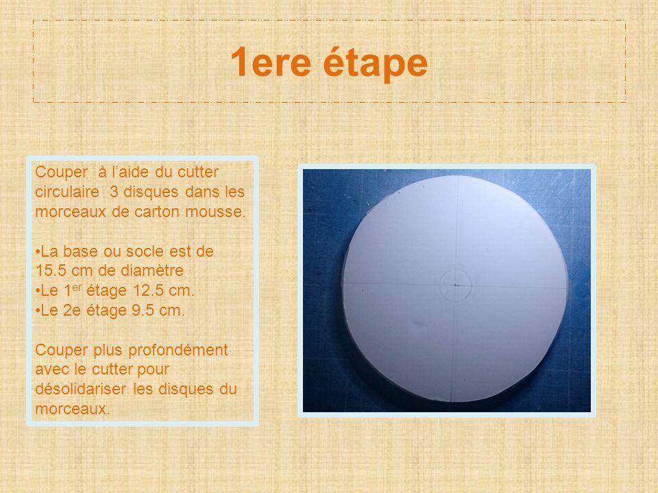 1ere étape Couper à laide du cutter circulaire 3 disques dans les morceaux de carton mousse. La base ou socle est de 15.5 cm de diamètre Le 1 er étage