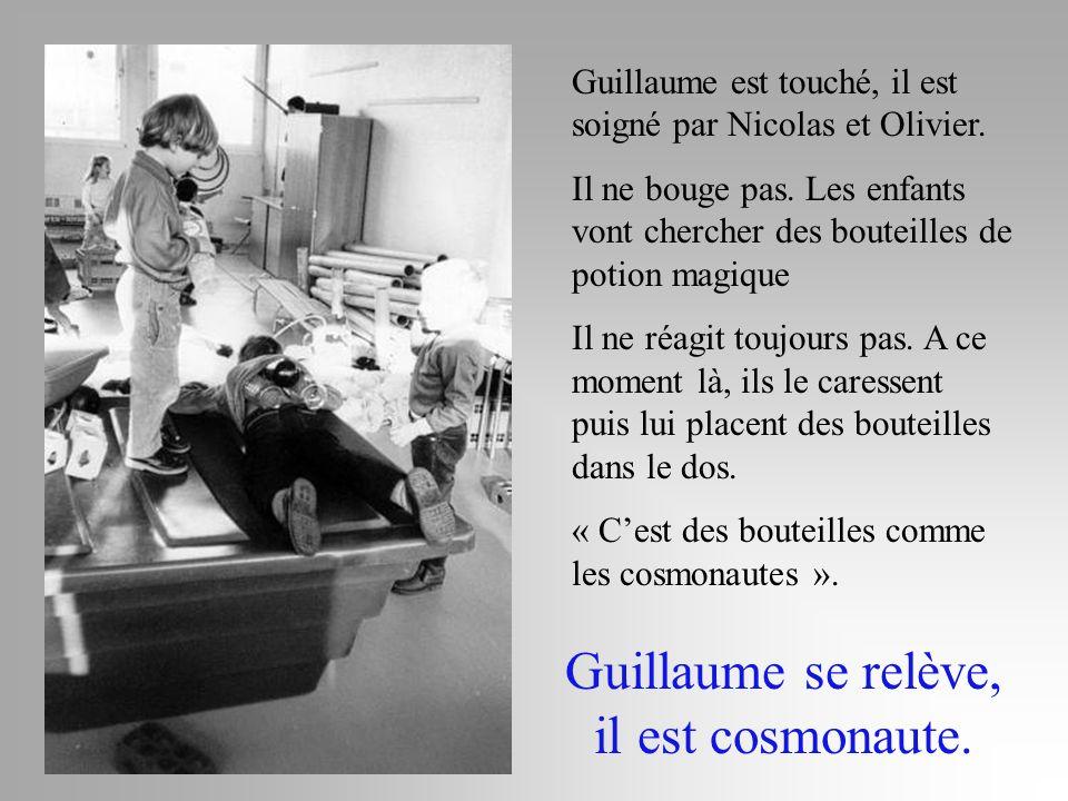 Guillaume est touché, il est soigné par Nicolas et Olivier. Il ne bouge pas. Les enfants vont chercher des bouteilles de potion magique Il ne réagit t