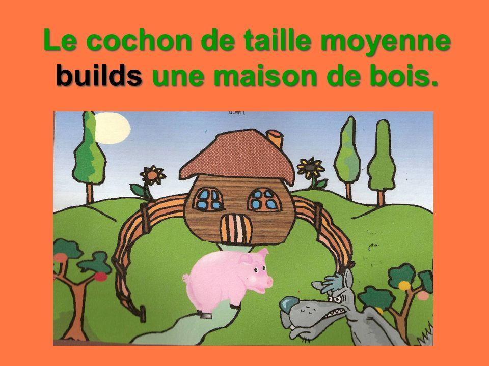 Le cochon de taille moyenne builds une maison de bois.