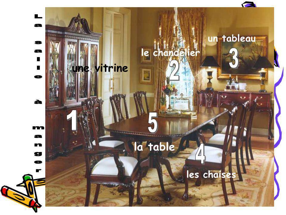 une vitrine le chandelier un tableau les chaises la table