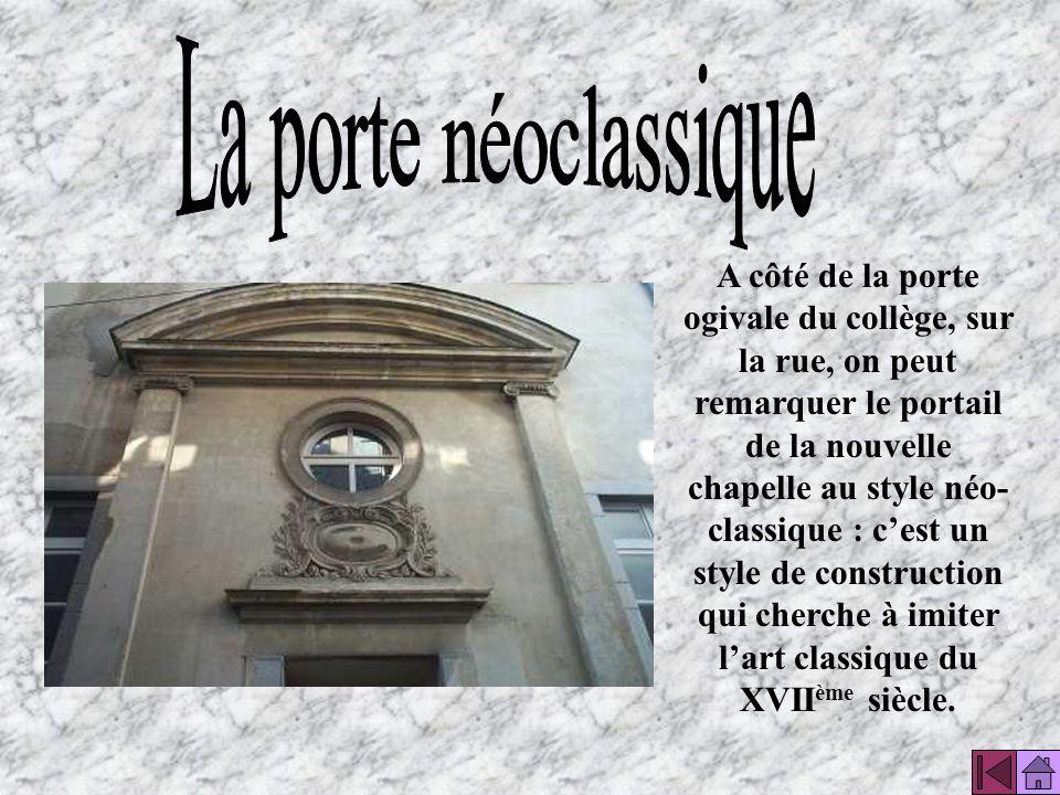 Dans la cour intérieure on peut voir un fronton triangulaire néoclassique. Il est décoré aux armes de Monseigneur Lacroix, évêque de Bayonne.