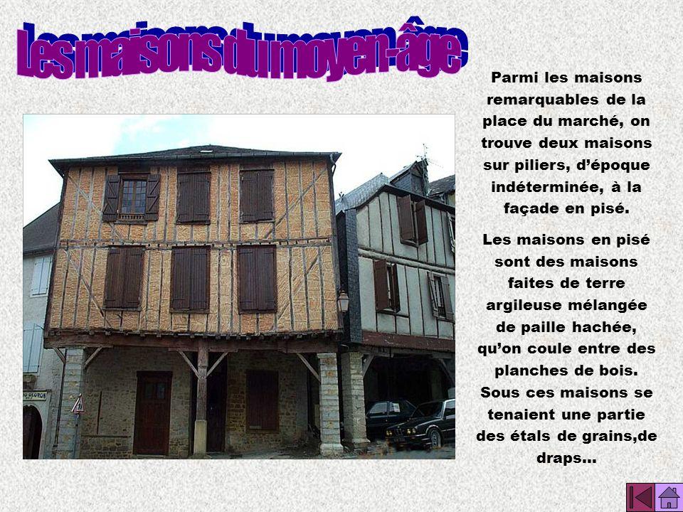 La place du Bourg de lEnclos est exiguë. On y faisait surtout du commerce.Tous les mardis et vendredis, il y avait un marché, les 1er mai et les 8 sep