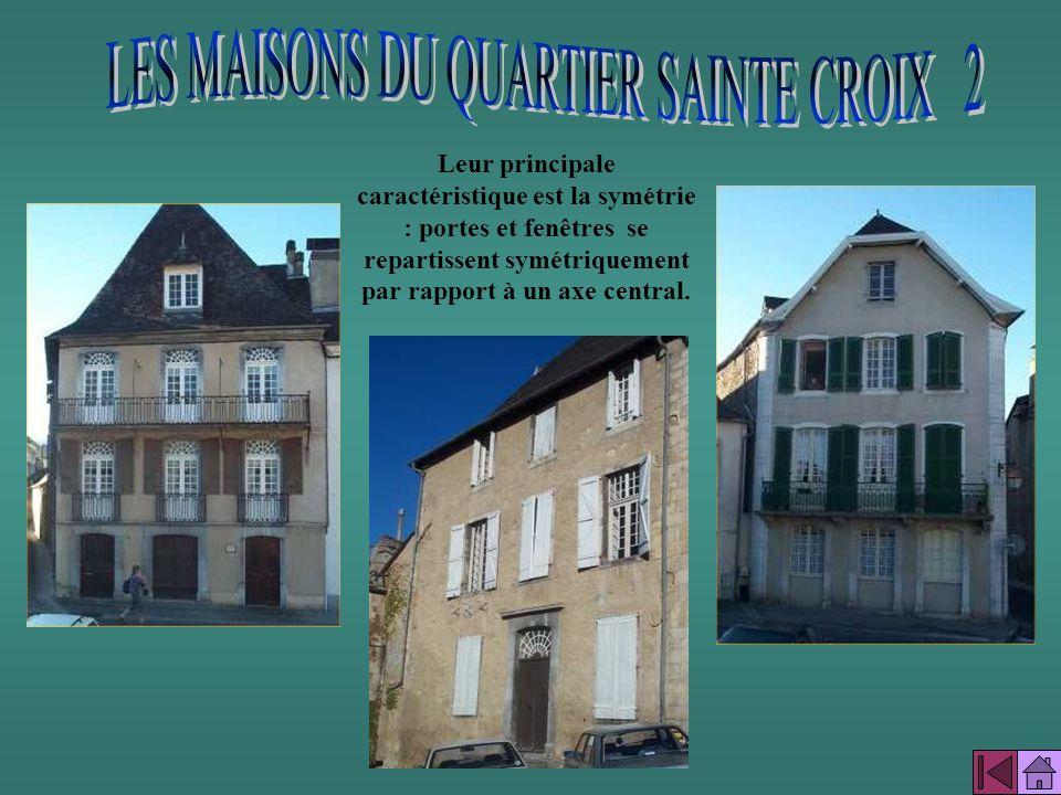 La place Saint-Pierre est encore entourée de maisons du XVII ème et XVIII ème siècle qui appartenaient à de riches marchands. Parmi ces maisons lécole