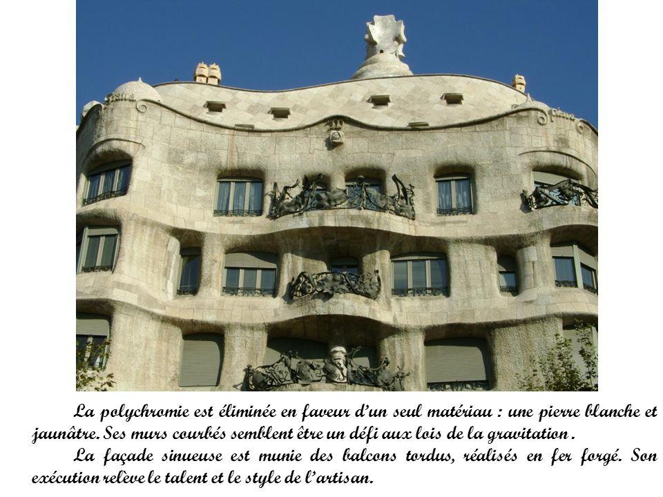 La polychromie est éliminée en faveur dun seul matériau : une pierre blanche et jaunâtre. Ses murs courbés semblent être un défi aux lois de la gravit