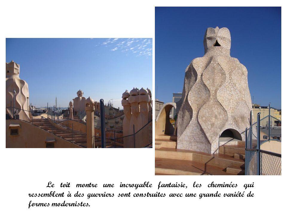 Le toit montre une incroyable fantaisie, les cheminées qui ressemblent à des guerriers sont construites avec une grande variété de formes modernistes.