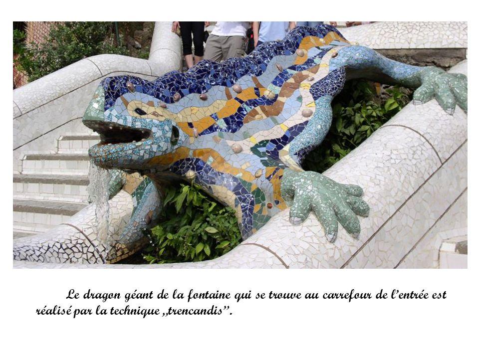 Le dragon géant de la fontaine qui se trouve au carrefour de lentrée est réalisé par la technique trencandis.