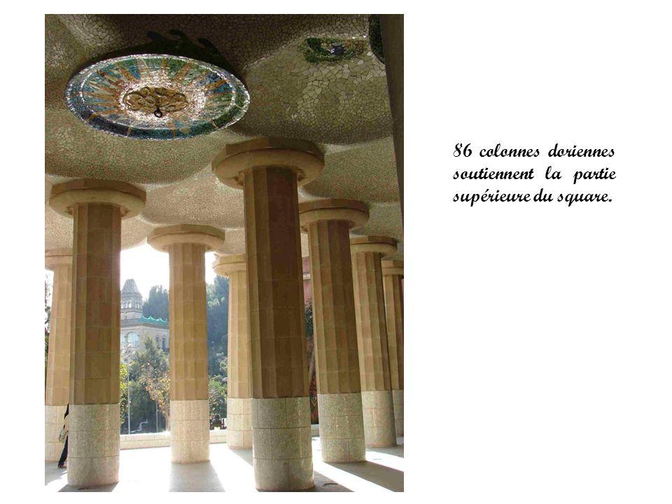 86 colonnes doriennes soutiennent la partie supérieure du square.