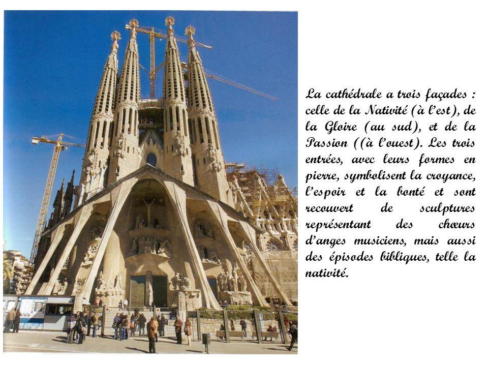 La cathédrale a trois façades : celle de la Nativité (à lest), de la Gloire (au sud), et de la Passion ((à louest). Les trois entrées, avec leurs form