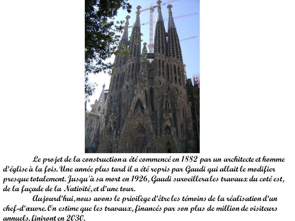 Le projet de la construction a été commencé en 1882 par un architecte et homme déglise à la fois. Une année plus tard il a été repris par Gaudi qui al
