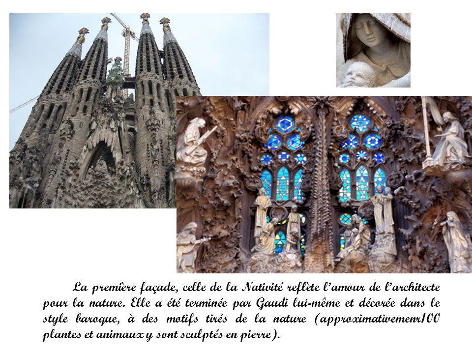 La première façade, celle de la Nativité reflète lamour de larchitecte pour la nature. Elle a été terminée par Gaudi lui-même et décorée dans le style