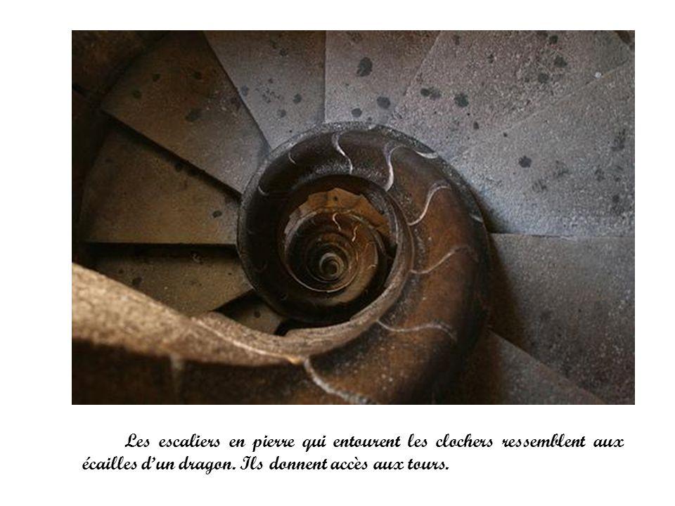 Les escaliers en pierre qui entourent les clochers ressemblent aux écailles dun dragon. Ils donnent accès aux tours.