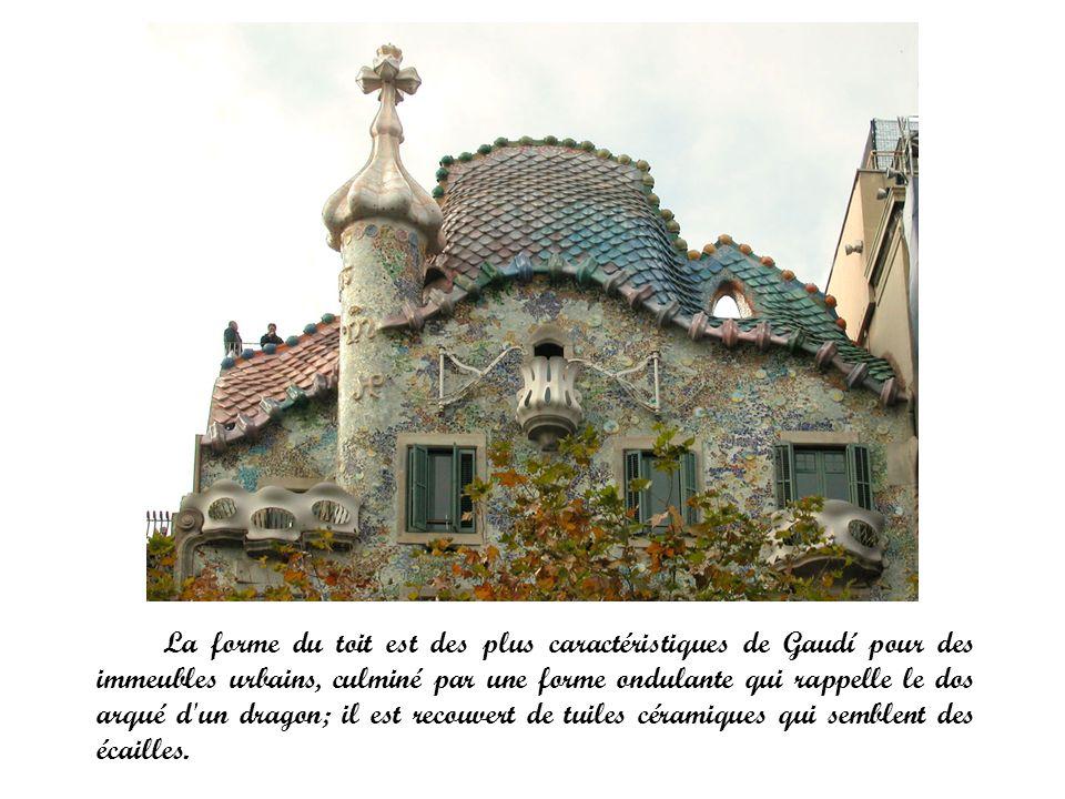 La forme du toit est des plus caractéristiques de Gaudí pour des immeubles urbains, culminé par une forme ondulante qui rappelle le dos arqué d'un dra