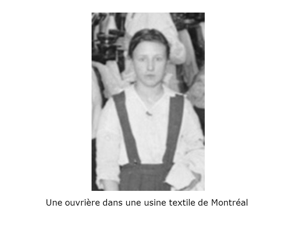 Une ouvrière dans une usine textile de Montréal