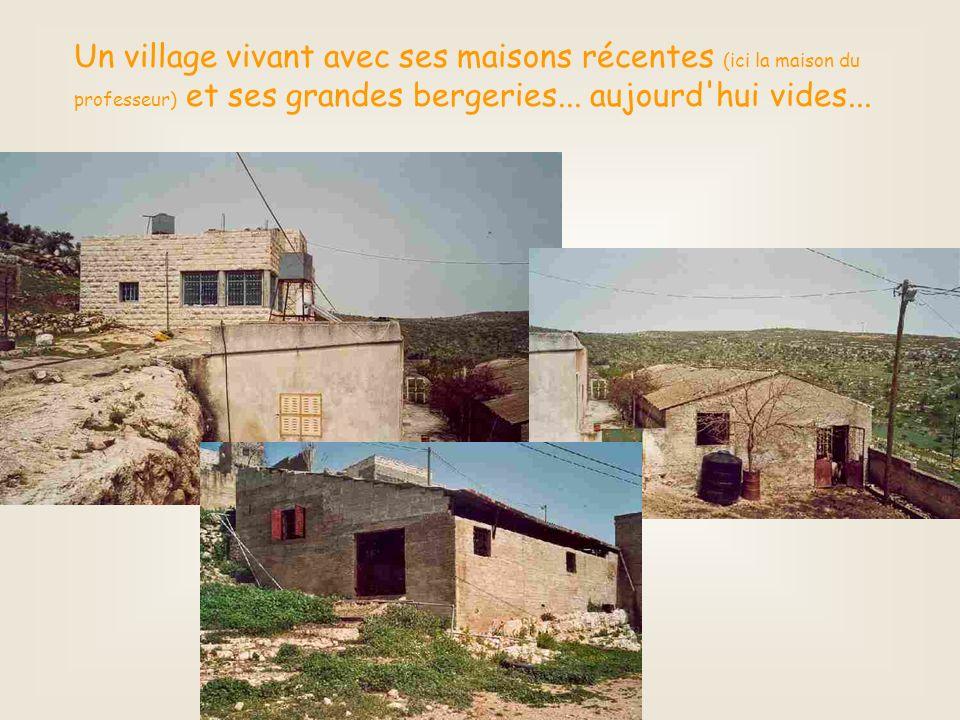 Un village vivant avec ses maisons récentes (ici la maison du professeur) et ses grandes bergeries...