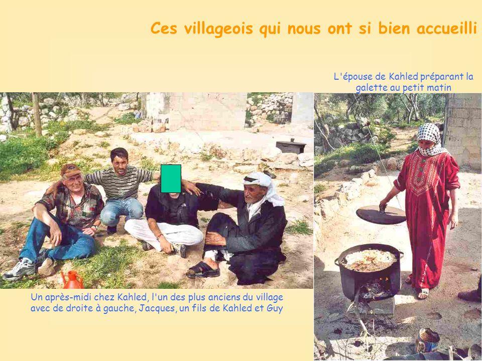 Un après-midi chez Kahled, l un des plus anciens du village avec de droite à gauche, Jacques, un fils de Kahled et Guy L épouse de Kahled préparant la galette au petit matin Ces villageois qui nous ont si bien accueilli