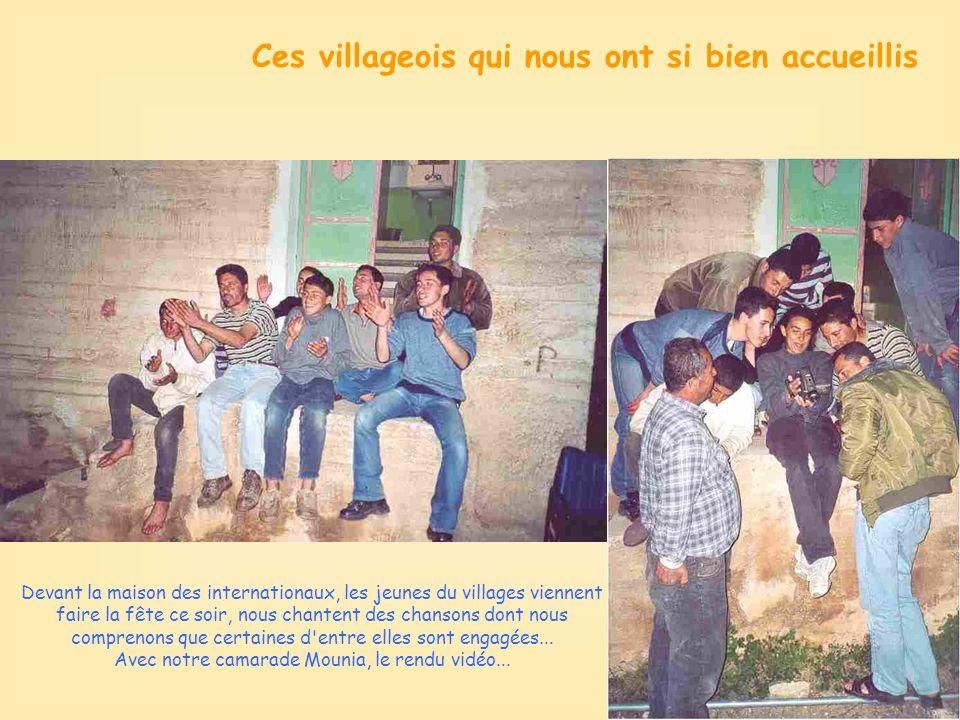 Ces villageois qui nous ont si bien accueillis Devant la maison des internationaux, les jeunes du villages viennent faire la fête ce soir, nous chantent des chansons dont nous comprenons que certaines d entre elles sont engagées...
