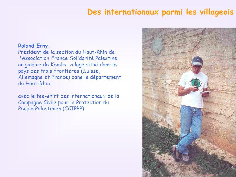 Des internationaux parmi les villageois Roland Erny, Président de la section du Haut-Rhin de l Association France Solidarité Palestine, originaire de Kembs, village situé dans le pays des trois frontières (Suisse, Allemagne et France) dans le département du Haut-Rhin, avec le tee-shirt des internationaux de la Campagne Civile pour la Protection du Peuple Palestinien (CCIPPP)