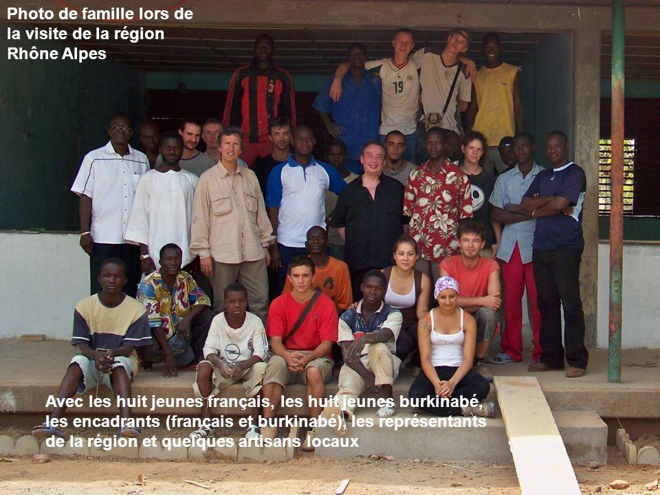 Photo de famille lors de la visite de la région Rhône Alpes Avec les huit jeunes français, les huit jeunes burkinabé, les encadrants (français et burk