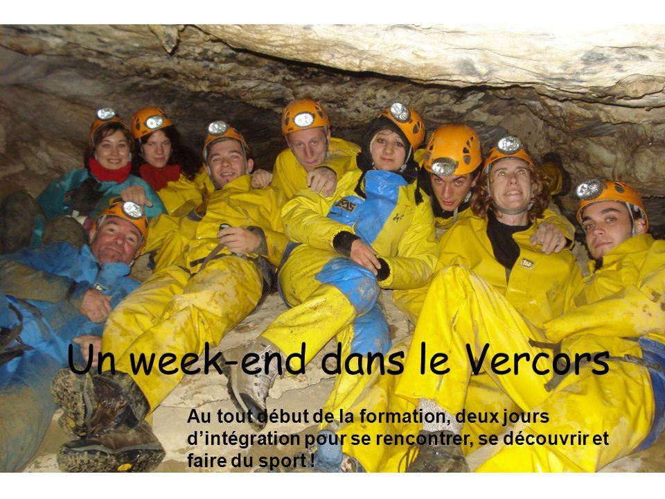 Photo de famille lors de la visite de la région Rhône Alpes Avec les huit jeunes français, les huit jeunes burkinabé, les encadrants (français et burkinabé), les représentants de la région et quelques artisans locaux