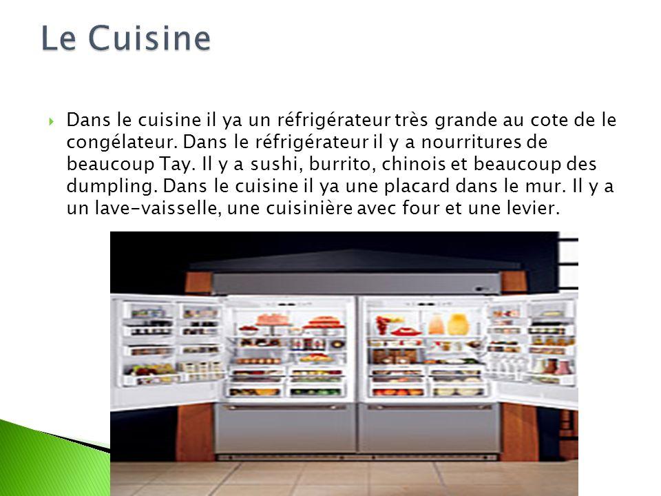 Dans le cuisine il ya un réfrigérateur très grande au cote de le congélateur. Dans le réfrigérateur il y a nourritures de beaucoup Tay. Il y a sushi,