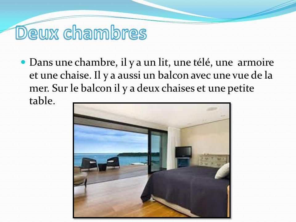 Dans une chambre, il y a un lit, une télé, une armoire et une chaise.